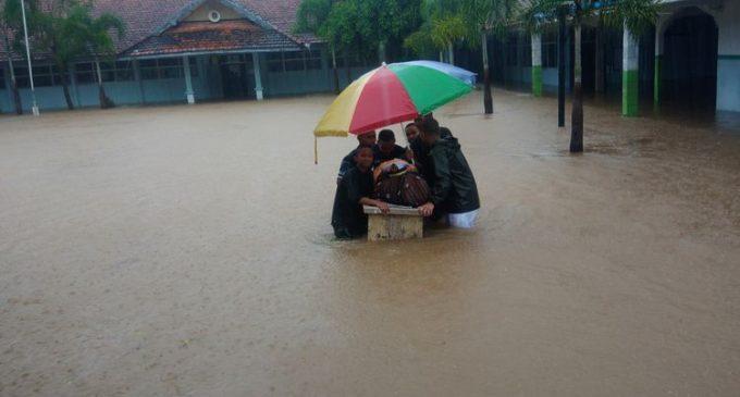 Hujan Deras, Banjir Rendam Sekolah dan Jalan di Gunungkidul Jogja