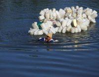 Mama Hasria: Wanita yang Harus Berenang Setiap Hari untuk Mendapatkan Air Bersih untuk Kampungnya